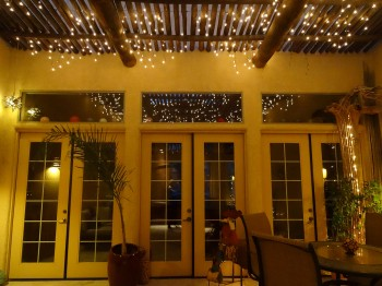 The courtyard at night is like a romantic restaurant